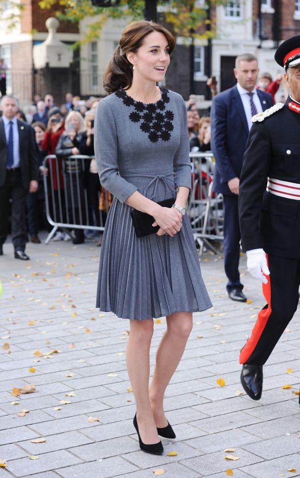 كايت في فستان رمادي مع حذاء كلاسيكي
