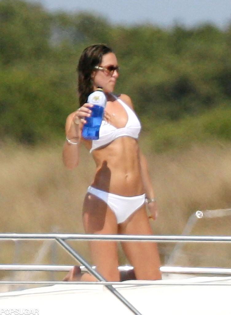 كيت ميدلتون في ثوب سباحة بيكيني أبيض