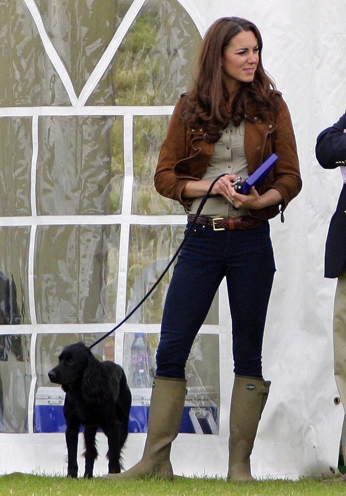 كيت ميدلتون وهي ترتدي الأحذية الطويلة المضادة للمطر