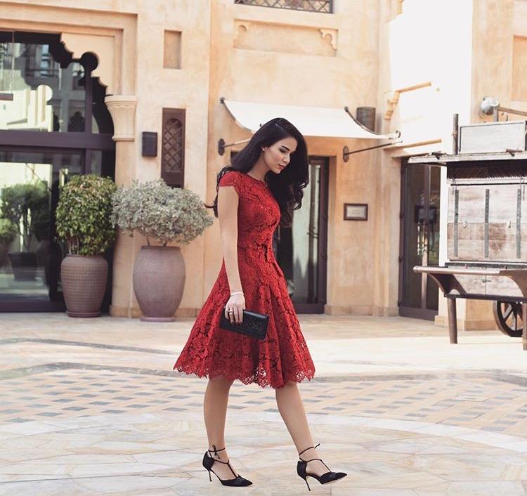لزيارة مسائية اختاري فستان من الدانتيل الأحمر على طريقة دانا