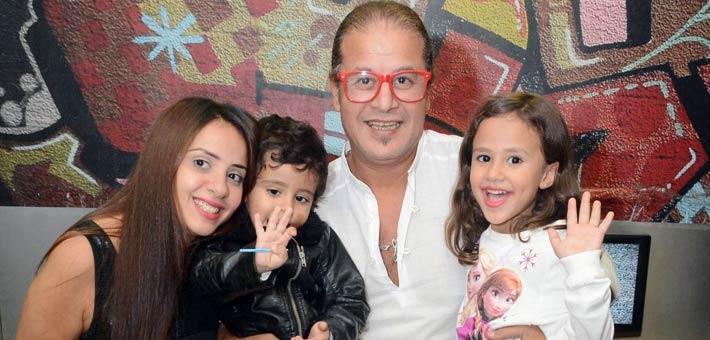 وائل نور بجانب زوجته وأبناؤه (1)
