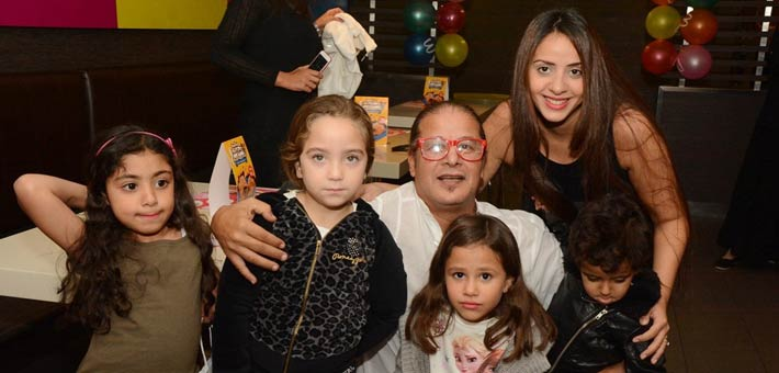 وائل نور بجانب زوجته وأبناؤه (2)