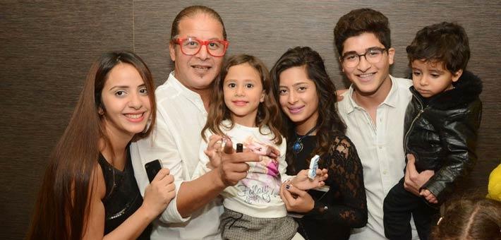 وائل نور بجانب زوجته وأبناؤه (3)