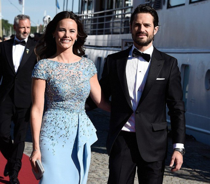299293C900000578-3121598-The_couple_pose_at_the_end_of_the_red_carpet_before_boarding_the-a-34_1434133268222