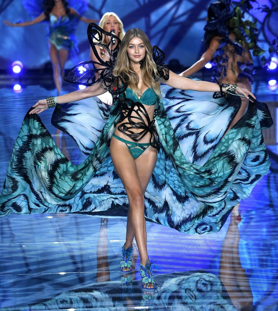 2E52386300000578-3312676-Making_her_debut_Model_of_the_moment_Gigi_Hadid_20_wowed_in_a_bu-a-18_1447232743461
