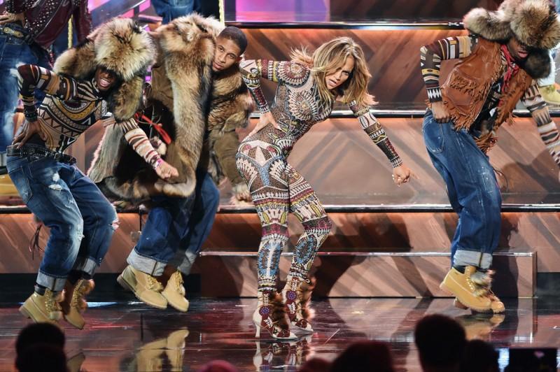 Jennifer-Lopez-2015-American-Music-Awards-Style-Dsquared2-800x532