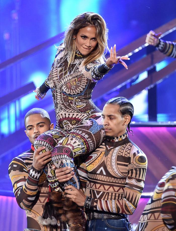 dsquared-2-Jennifer-Lopez-2015-American-Music-Awards-GgIV5wulEa0x-700x919