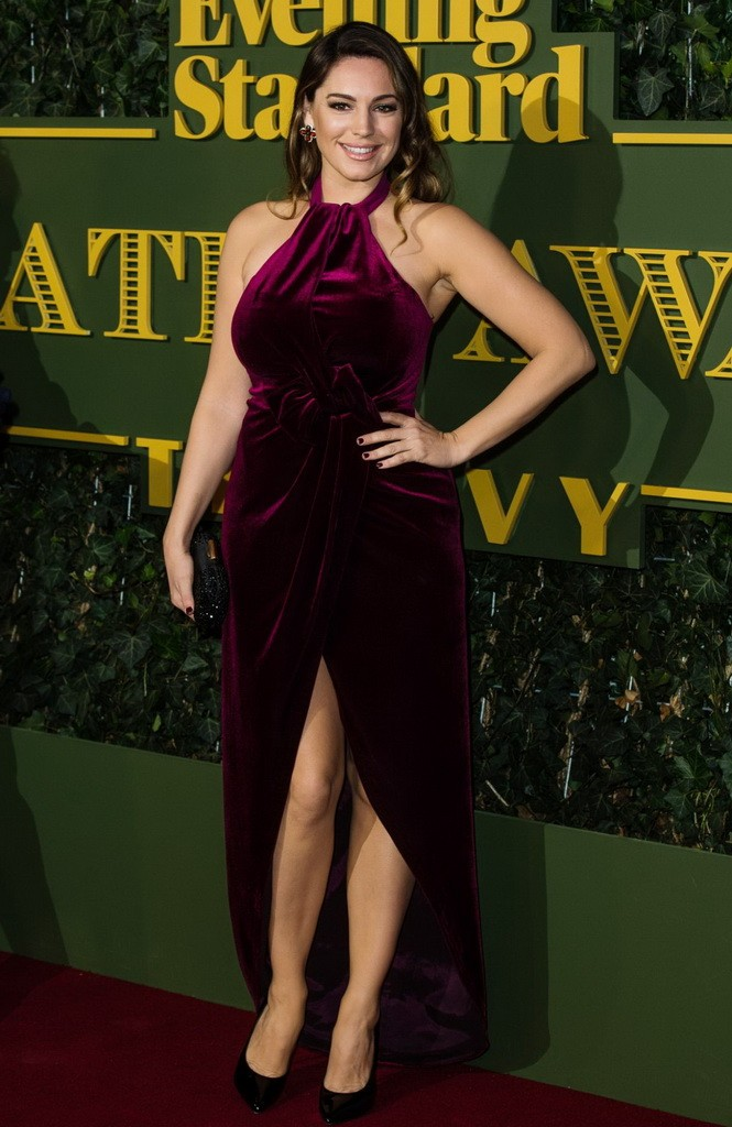 kelly-brook-at-evening-standard-theatre-awards-in-london-11-22-2015_1