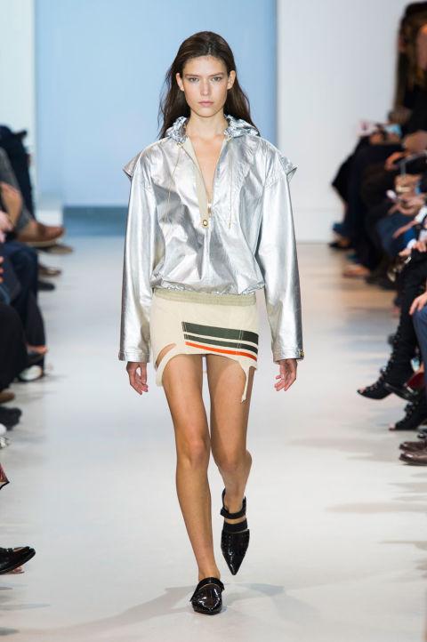 إطلالة الملابس الفضية اللامعة (1)