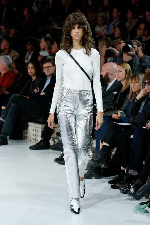 إطلالة الملابس الفضية اللامعة (2)