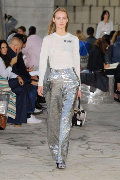 إطلالة الملابس الفضية اللامعة (3)
