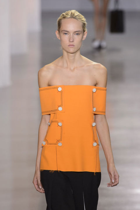 إطلالة الملابس عارية الأكتاف (2)