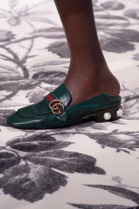 إطلالة عصرية أنيقة بالنعال والأحذية المفتوحة من الخلف (1)