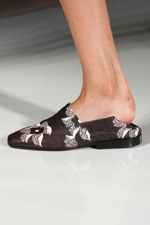 إطلالة عصرية أنيقة بالنعال والأحذية المفتوحة من الخلف (2)