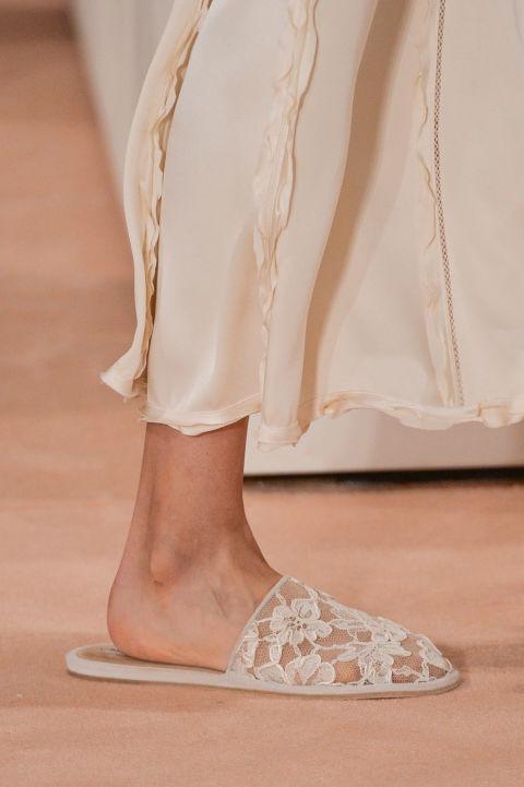 إطلالة عصرية أنيقة بالنعال والأحذية المفتوحة من الخلف (3)