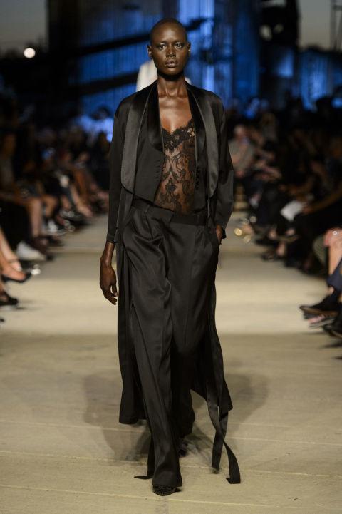 إطلالة عصرية بالملابس المستوحى تصميمها من ملابس النوم (1)