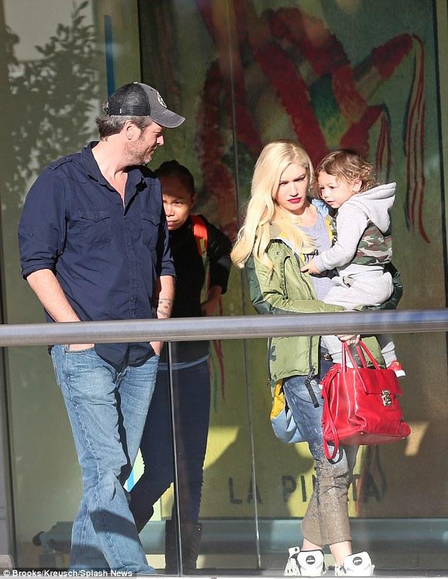 بليك شيلتون وجوين ستيفاني بصحبة طفلها أبوللو (1)