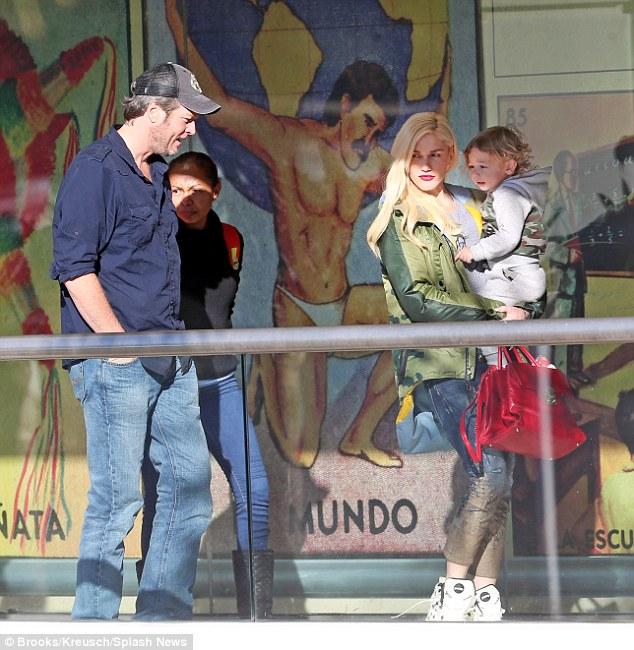 بليك شيلتون وجوين ستيفاني بصحبة طفلها أبوللو (7)