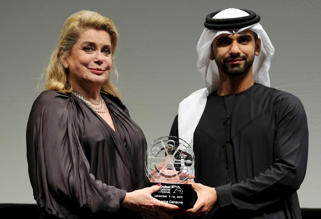 كاترين دونوف تحصل على جائزة الإنجاز مدى الحياة من سمو الشيخ منصور بن محمد آل مكتوم