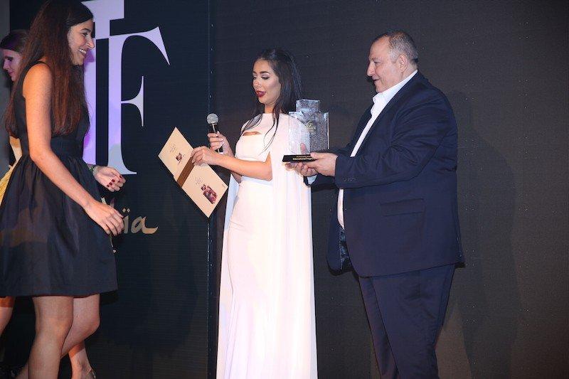 عدنان الكاتب ومايا أحمد يقدمان جائزة أفضل عطر عالمي للنساء لهالة زغيب