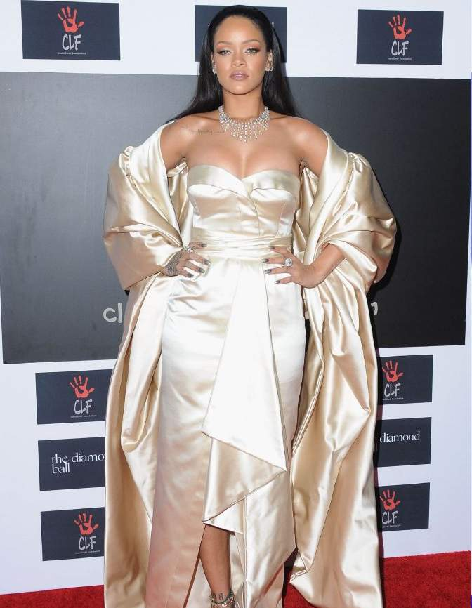 resized_Rihanna in Dior Couture