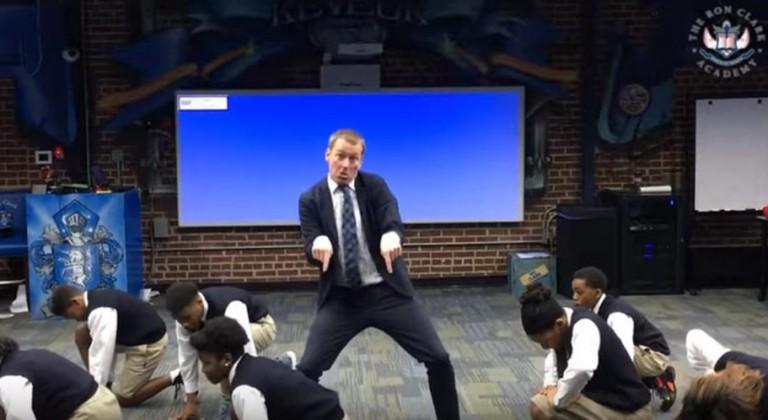 رقص معلم وتلاميذه  (2)