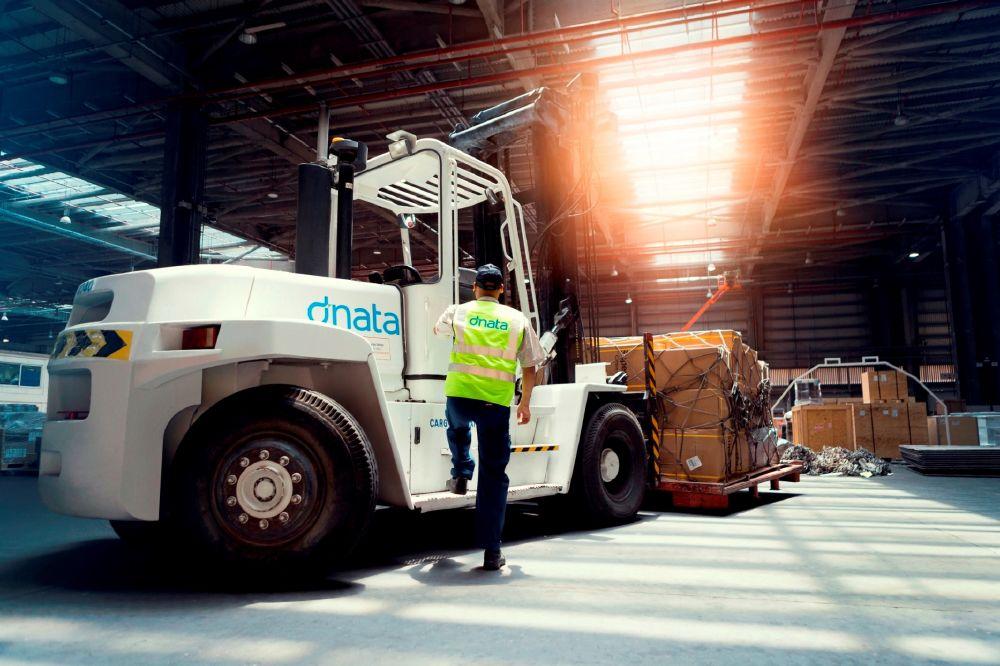 سلمت دناتا في دبي 30 جراراً كهربائياً جديداً ليحلوا محل المركبات التي تعمل بالديزل