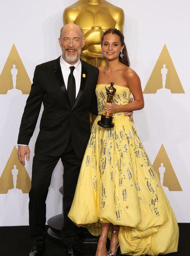 جي كي سيمونز  يلتقط صورة مع الممثلة أليسيا فيكاندر