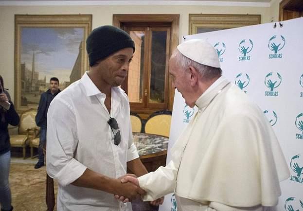 رونالدينهو يقابل بابا الفاتيكان (2)