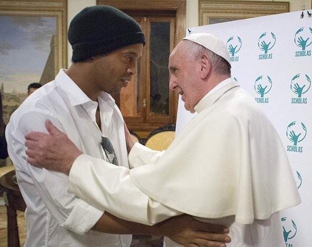 رونالدينهو يقابل بابا الفاتيكان (4)