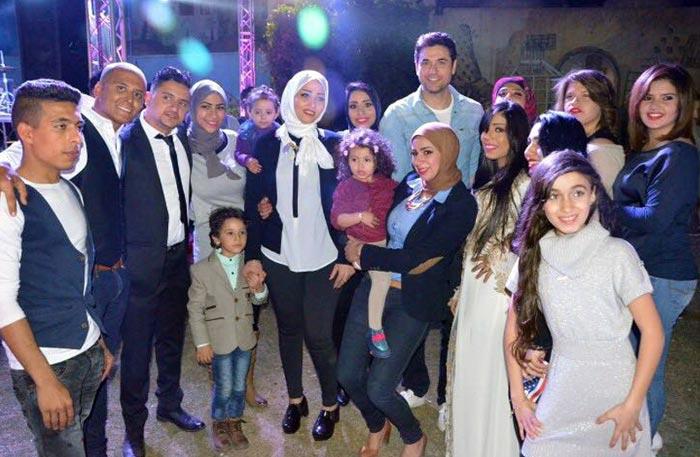 أحمد عز وسط مجموعة من الفتيات