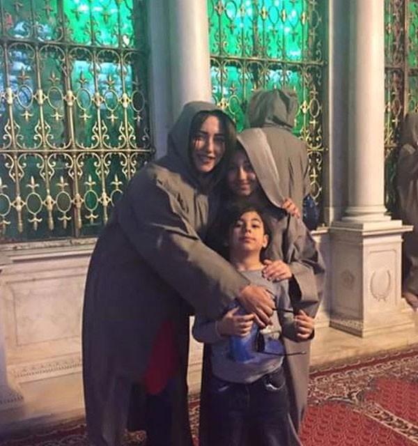أمل عرفة وابنتاها ترتدين الحجاب داخل المسجد الأموي