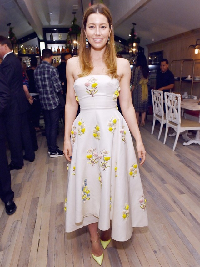 jessica-biel-just-brought-back-a-childhood-styling-trick-1681910-1456952019.640x0c