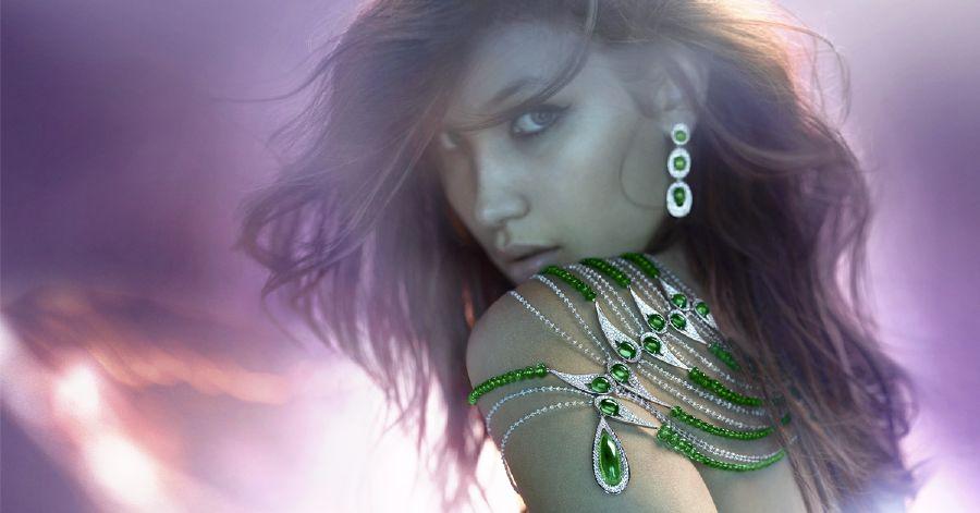 resized_بيلا حديد ترتدي عقد زمرد و الماس رائع من مجموعة The Oriental Ballet  من Boghossian
