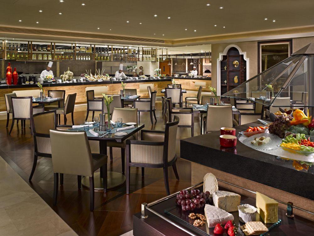 resized_dusit-thani-abu-dhabi_dining_urban-kitchen_with-chefs
