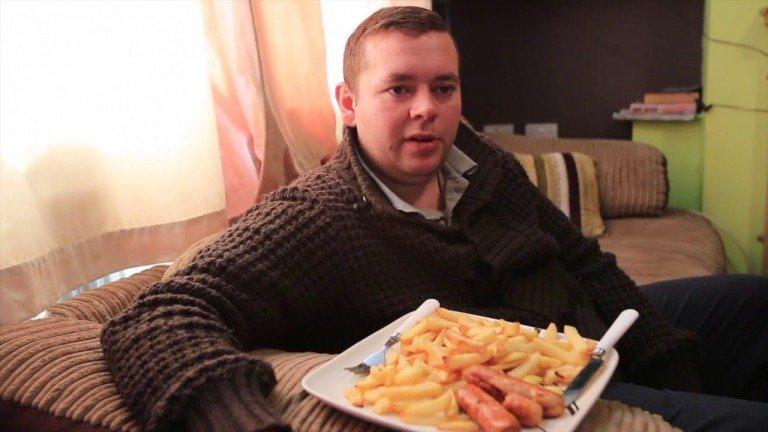 شاب يتناول السجق والبطاطا (1)