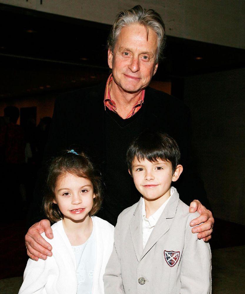 مايكل دوجلاس وكاثرين زيتا جونز فخورين بابنهما (2)