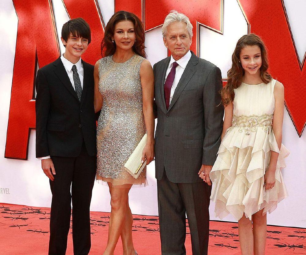 مايكل دوجلاس وكاثرين زيتا جونز فخورين بابنهما (3)