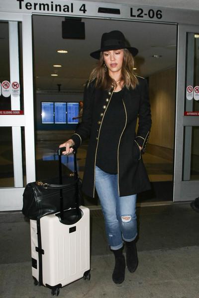 Jessica+Alba+Jeans+Ripped+Jeans+ceXDWyroZZXl