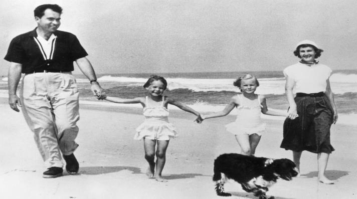 ريتشارد نيكسون مع زوجته وابنتيه