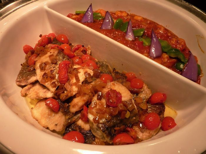 شرائح سمك بصلصة البصل والطماطم
