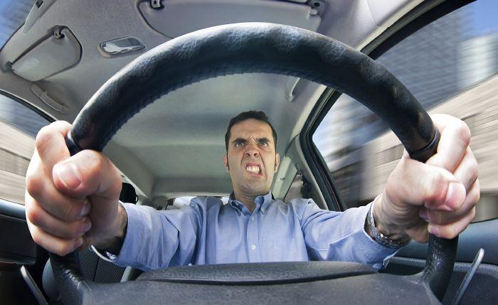 نجاة سائق سيارة من موت محقق