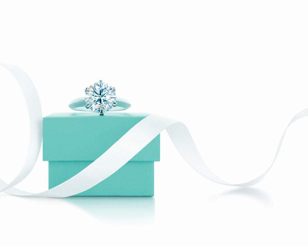 resized_The Tiffany® Setting and the famous Blue Box create a magical moment that will linger in memory for a lifetime