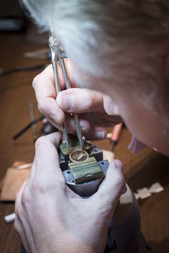 resized_Tiffany Master Engraver demonstrating the art of hand engraving (1)