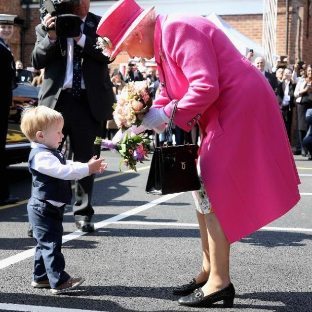 حقيبة ملكة بريطانيا (7)