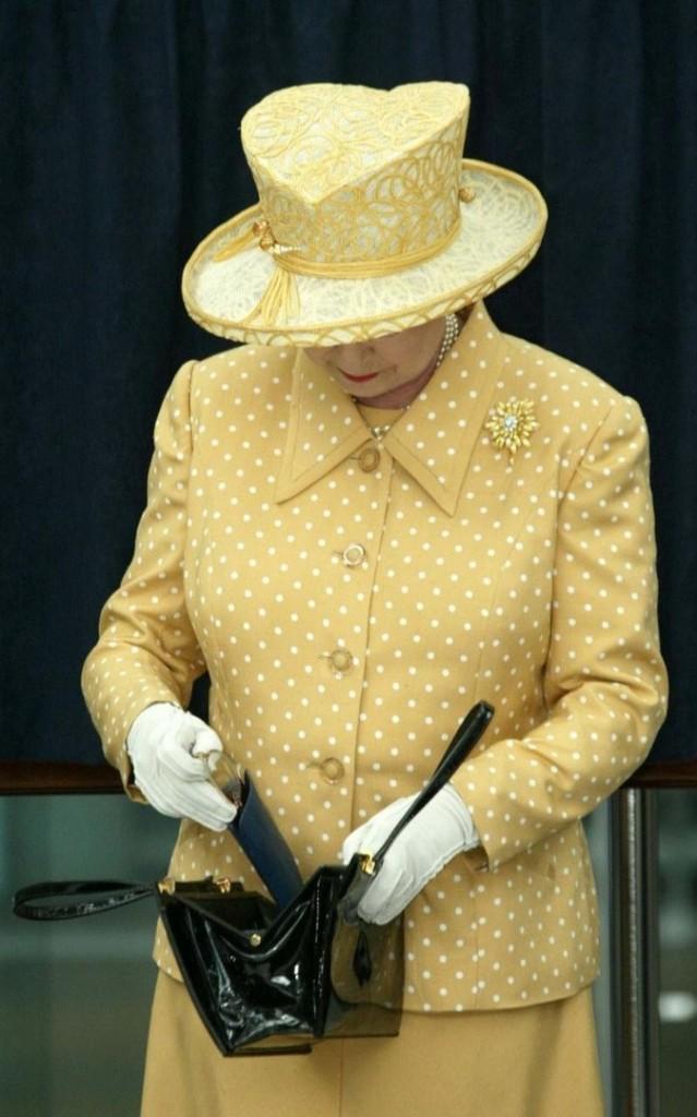حقيبة ملكة بريطانيا (9)