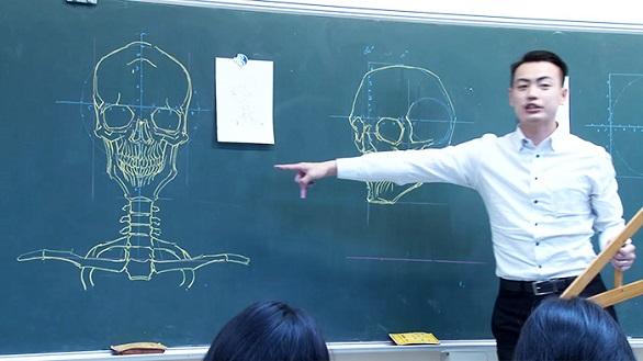 معلم تايواني يدرس علم التشريح بمهارة الرسم (1)