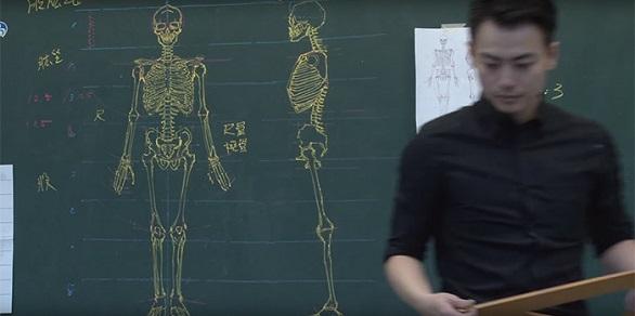 معلم تايواني يدرس علم التشريح بمهارة الرسم (2)