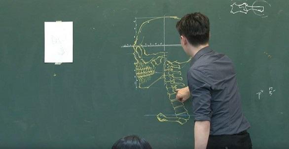 معلم تايواني يدرس علم التشريح بمهارة الرسم (3)