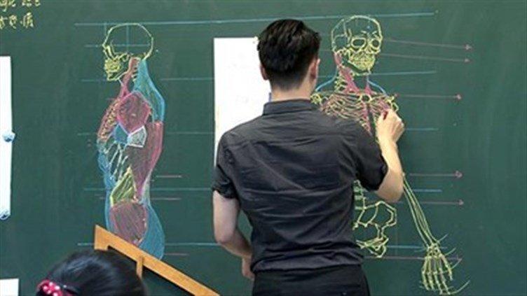 معلم تايواني يدرس علم التشريح بمهارة الرسم (4)